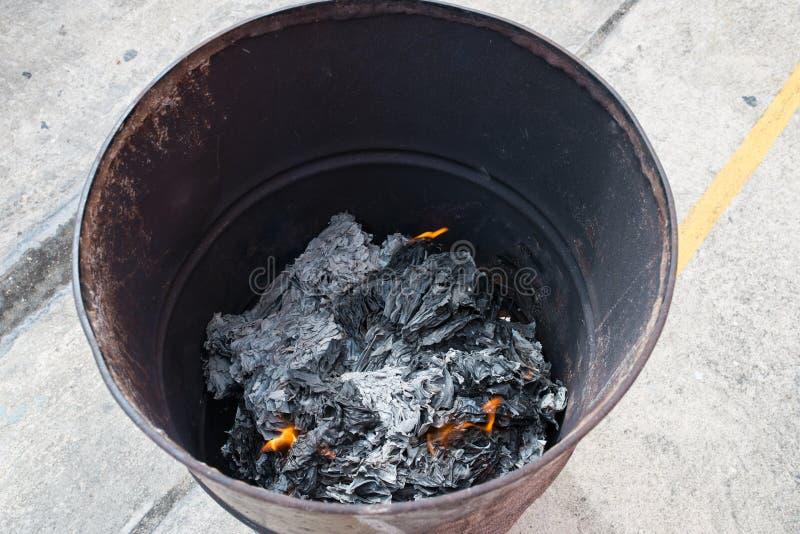 Gewohnheit auf Chinesisch Leute brennen die Geistgeld- und -papiermaterialien, um den Vorfahr im Festival zu ehren damit ihr Vorf lizenzfreie stockbilder