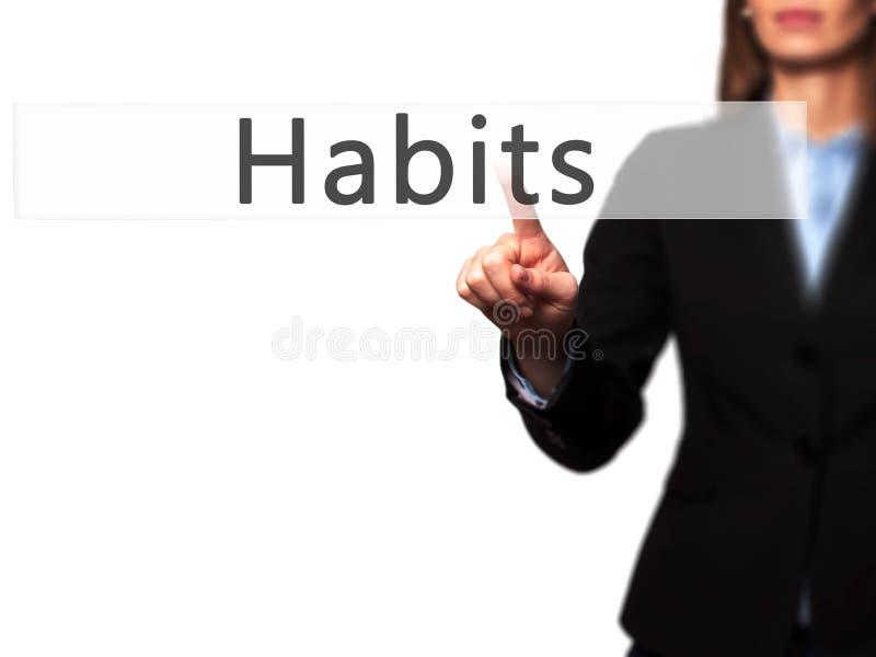 Gewohnheiten - GeschäftsfrauHandpressenknopf auf Touch Screen stockfoto
