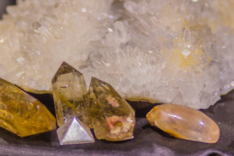 Gewohnheits-Steinexemplar des Quarzes prismatisches vom Bergbau und von Industrien der Steine und Erden Quarz ist ein Mineral, da lizenzfreie stockbilder