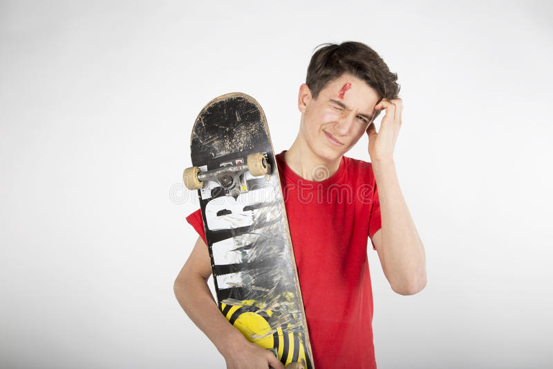 Gewond na het Met een skateboard rijden stock foto