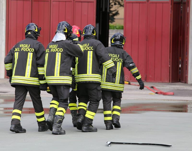 gewonde door brandbestrijders op een brancard wordt vervoerd die royalty-vrije stock fotografie