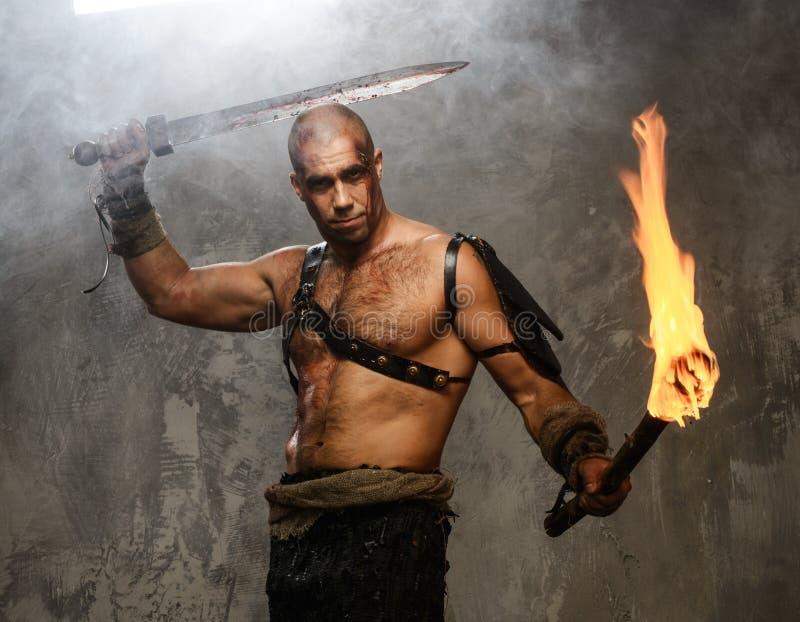 Gewonde gladiator met zwaard stock foto