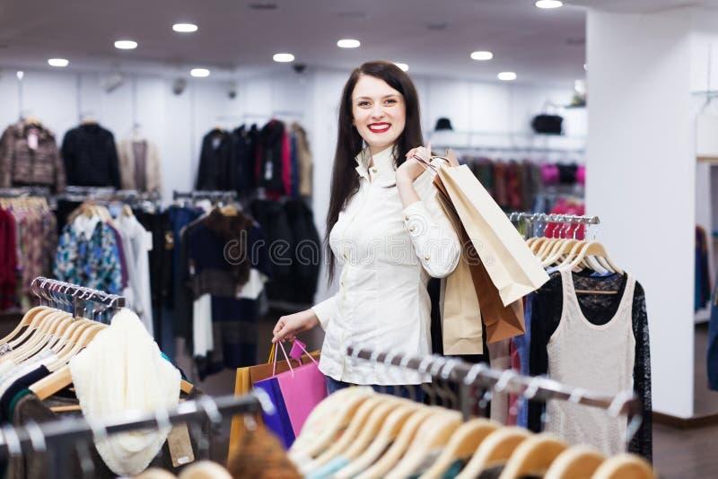 Download Gewoon Meisje Bij Kledingsopslag Stock Foto - Afbeelding bestaande uit toevallig, modieus: 39118670