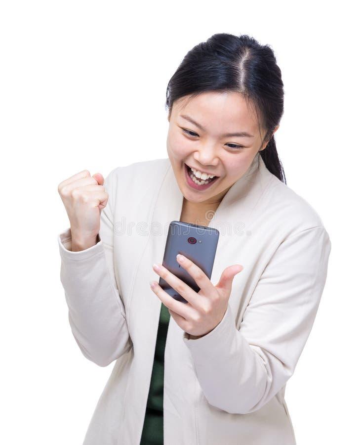 Geworden de verrassingsbericht van Azië vrouw van mobiel royalty-vrije stock afbeelding