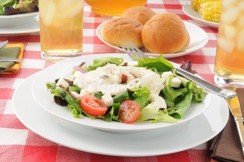 Geworfener Salat mit Ranchbehandlung stockfoto