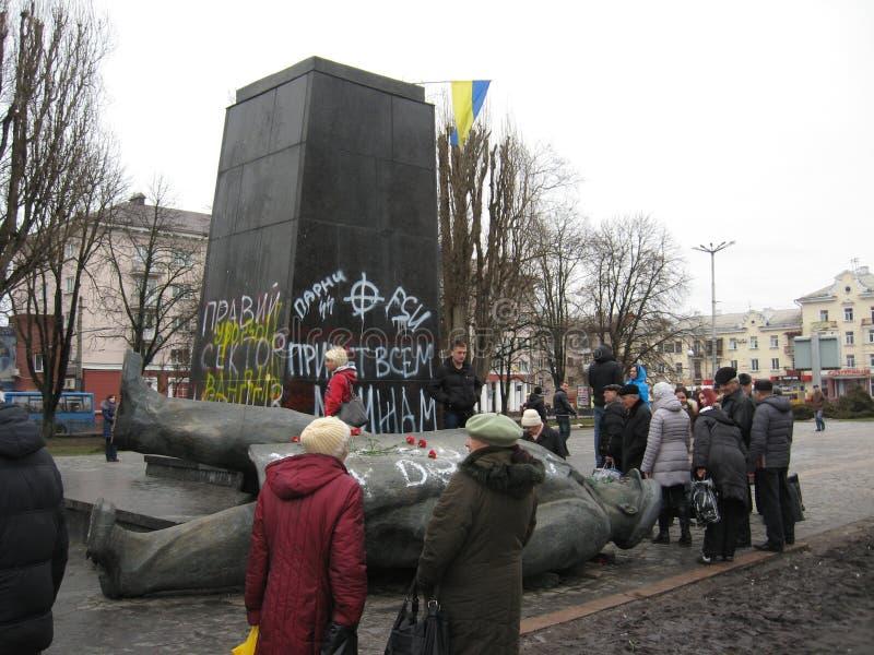 Geworpen groot monument aan Lenin in 22 Februari, 2014 stock afbeeldingen