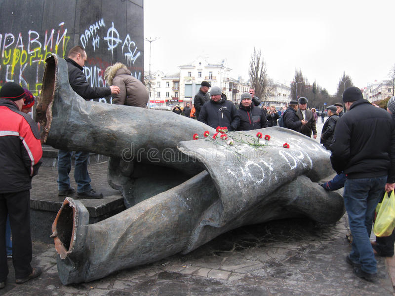Geworpen monument aan Lenin in 22 Februari, 2014 royalty-vrije stock afbeeldingen