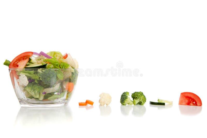 Geworpen salade op een witte achtergrond stock afbeelding