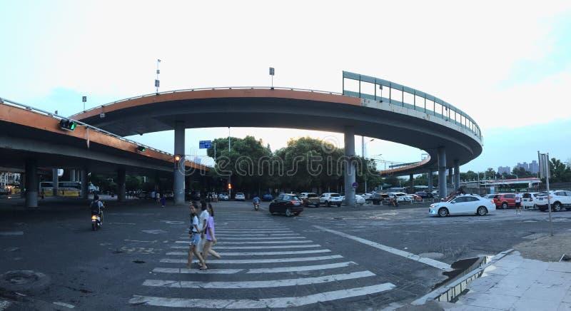 Gewundene Annäherungsbrücke lizenzfreie stockbilder