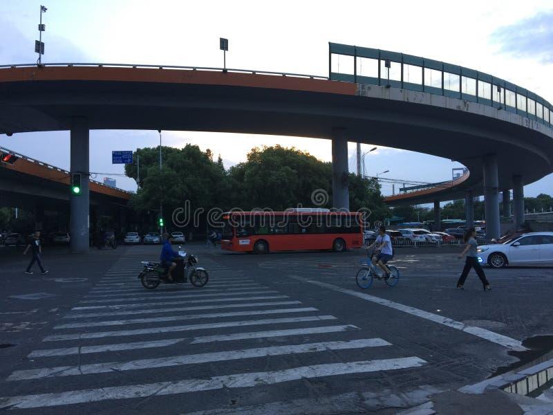 Gewundene Annäherungsbrücke stockbild