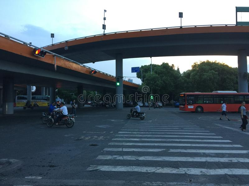 Gewundene Annäherungsbrücke lizenzfreies stockbild