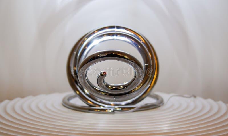 Gewundene glänzende geführte Lampe stockbild