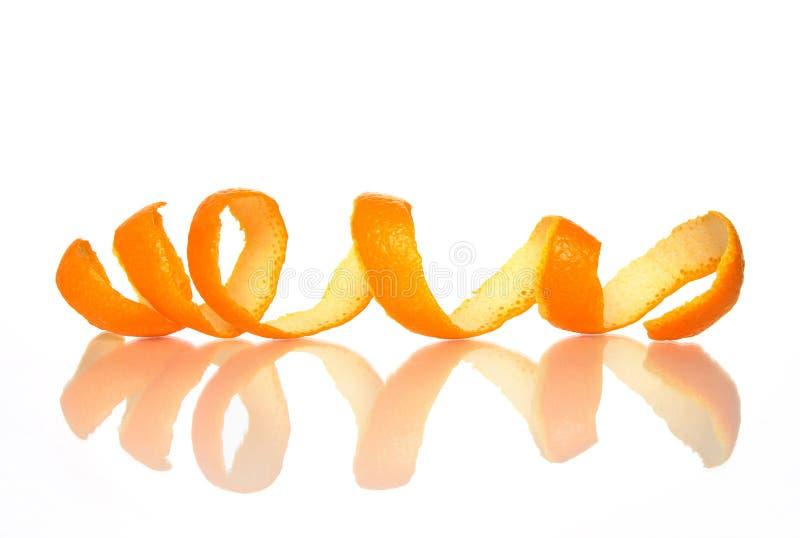 Gewundene orange Schale mit Reflexion stockfoto