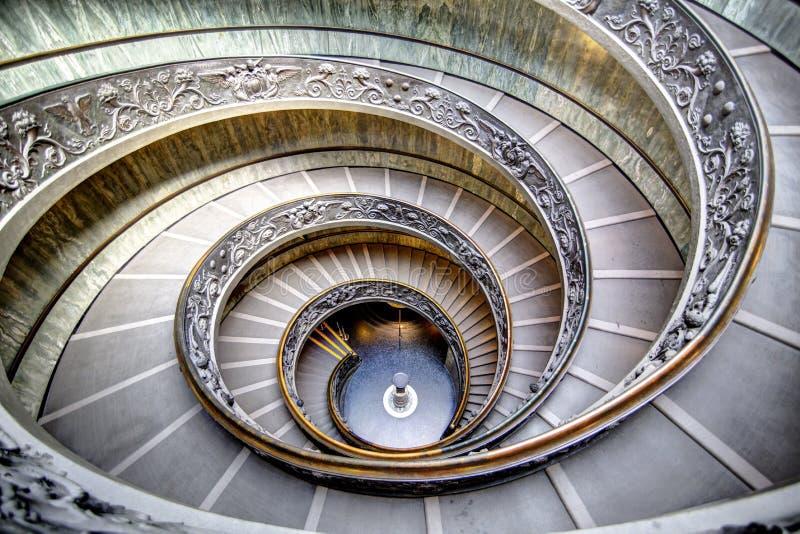 Gewundene Treppe in Vatikan stockfotos