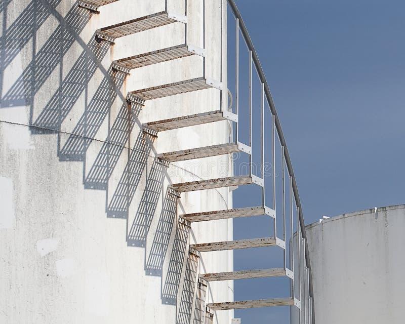 Gewundene Treppen am Kraftstofftank-Bauernhof lizenzfreie stockfotos