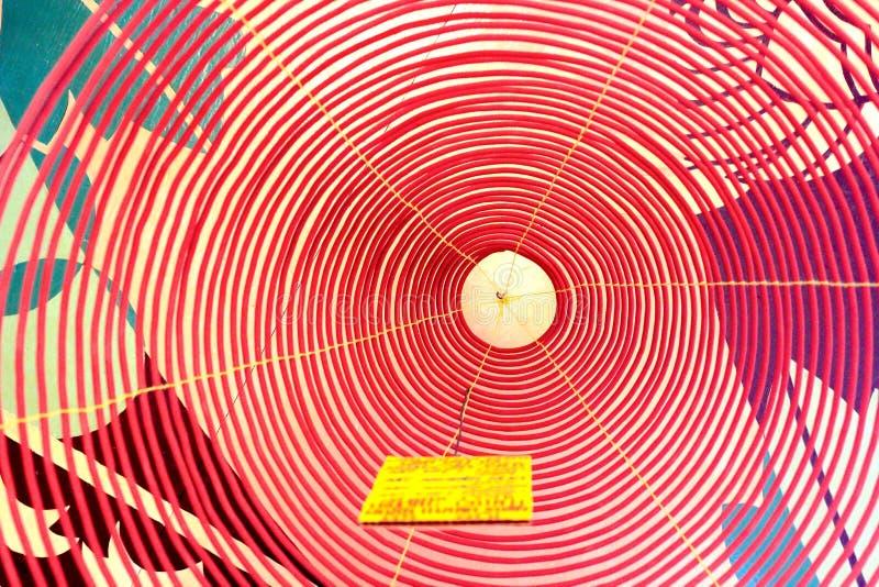 Gewundene Weihrauch-Spule in einem Tempel in Vietnam stockbild