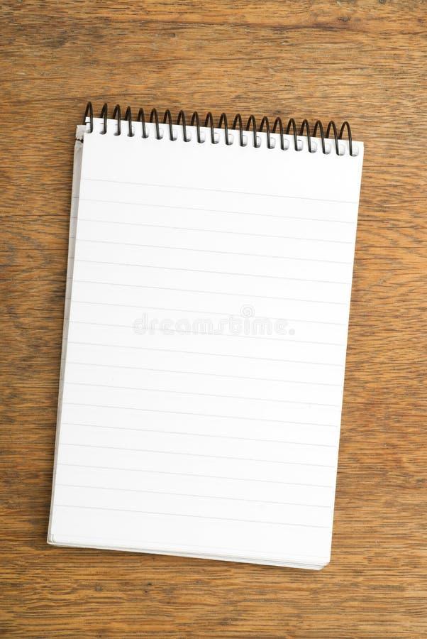 Gewundener Notizblock auf hölzerner Tabelle lizenzfreies stockfoto