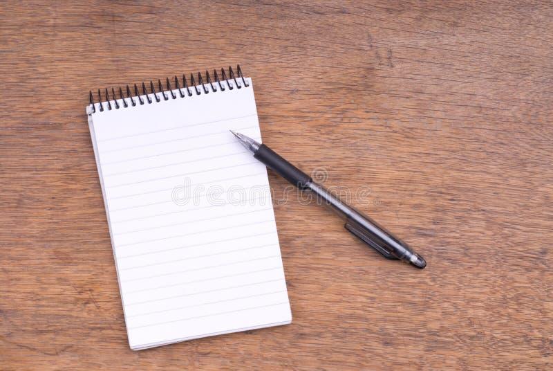 Gewundener Notizblock und mechanischer Bleistift auf Holz lizenzfreies stockbild
