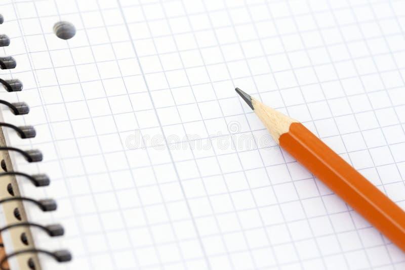 Gewundenes leeres Notizbuch mit Bleistift stockfotos