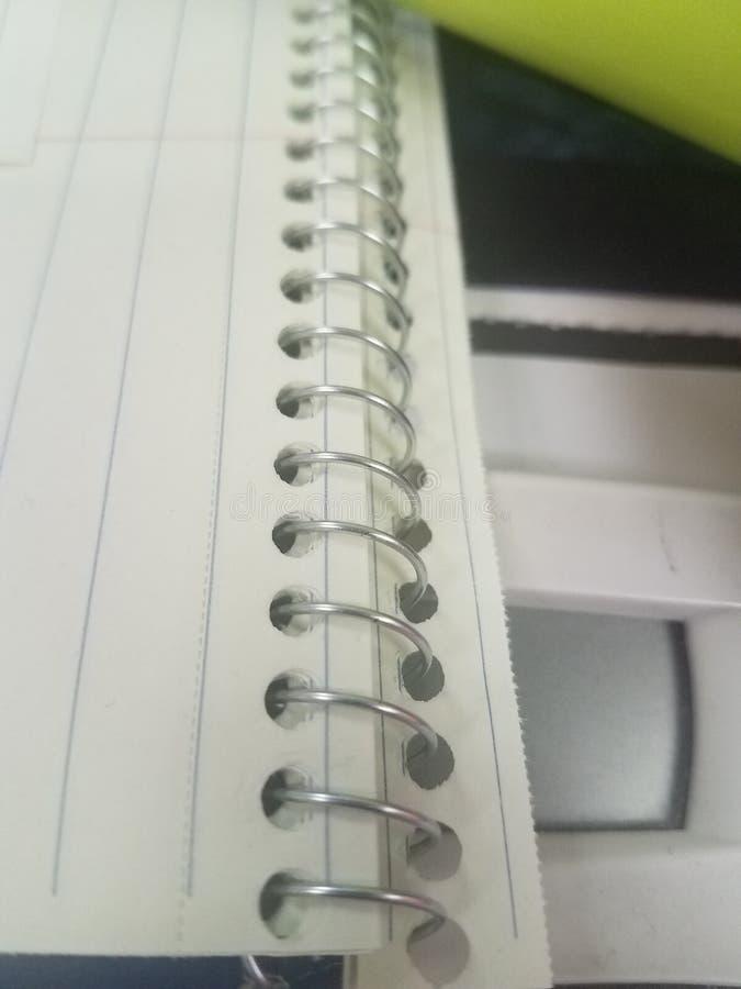 Gewundenes Notizbuch auf Schreibtisch lizenzfreie stockfotografie