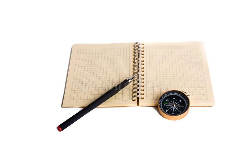 Gewundenes Notizbuch und pollpoint Stift und Kompass stockbilder