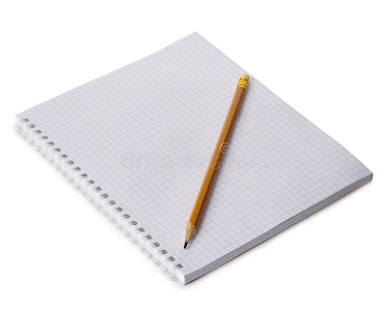 Gewundenes Papiernotizbuch mit einer Bleistiftnahaufnahme lokalisiert auf einem weißen Hintergrund Unbelegter Hintergrund stockfotos