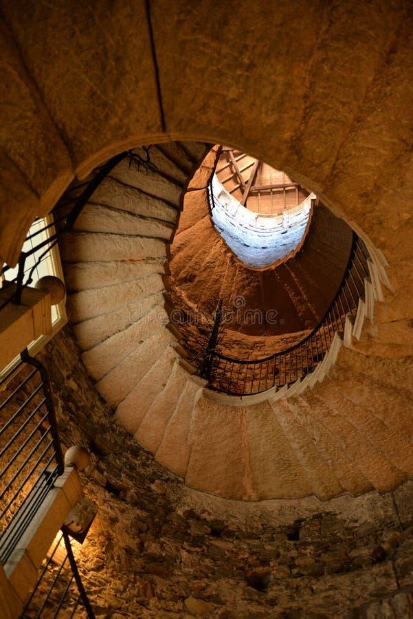 Gewundenes Steintreppenhaus in einem alten mittelalterlichen Turm stockfotos