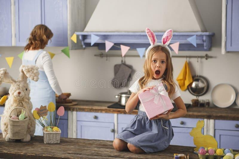 Gewundertes Kind, das den Feiertag vorhanden zeigt stockfotografie