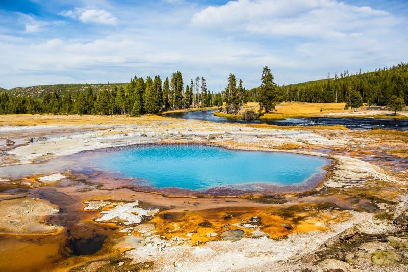 Geyser coloré dans Yellowstone NationalPark image libre de droits