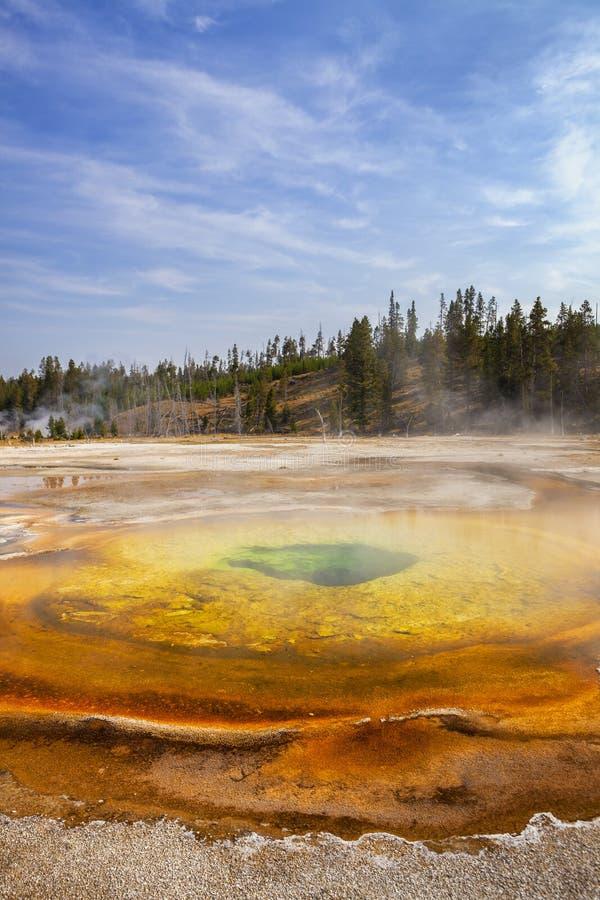 Geyser cromatico variopinto in bacino superiore del geyser fotografie stock libere da diritti