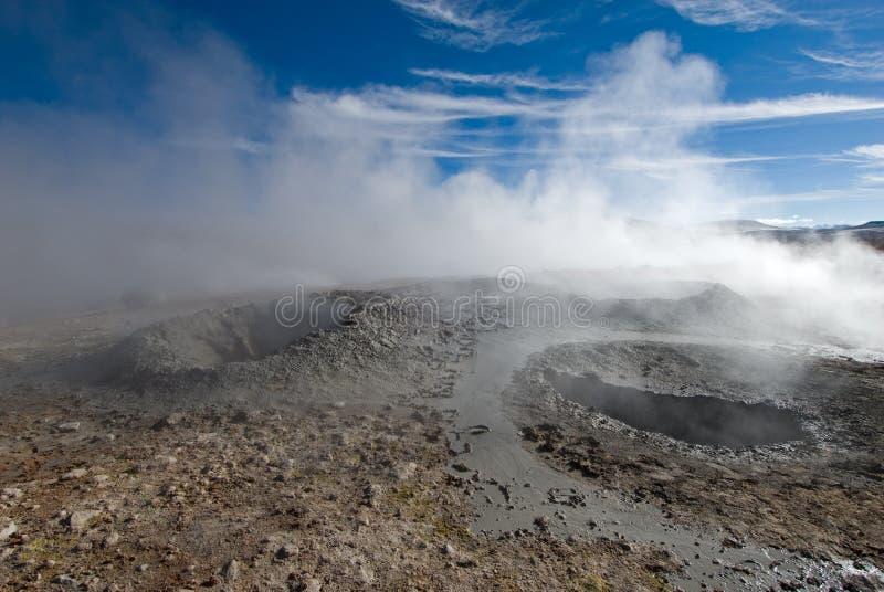 Geyser de boue au-dessus de ciel bleu photographie stock libre de droits
