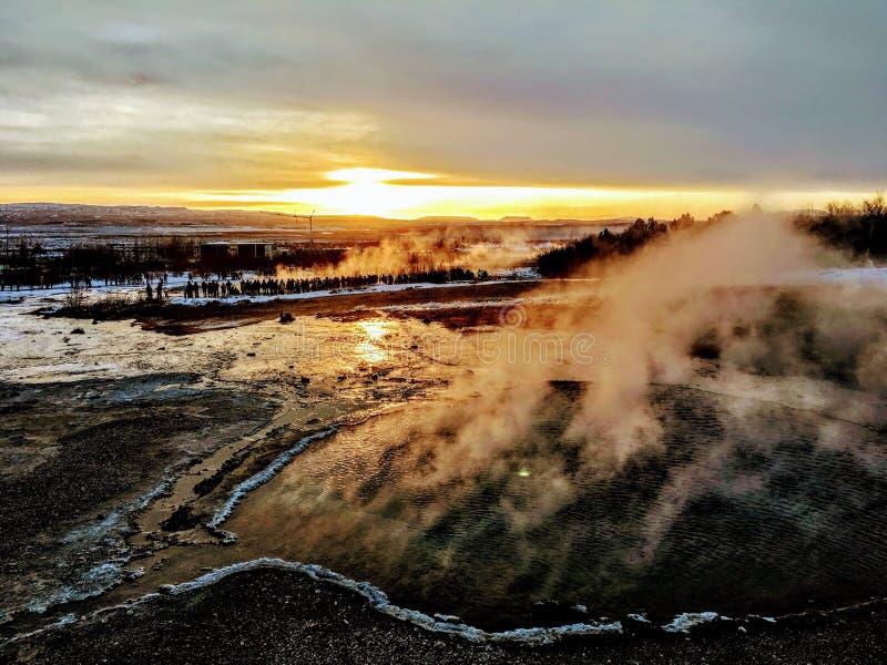 Geyser de Islândia imediatamente antes da erupção imagens de stock