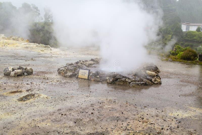 Geyser de jaillissement pendant la forte pluie image stock