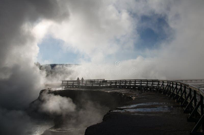 Geyser de Yellowstone pendant le début de la matinée images libres de droits