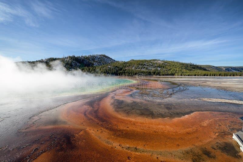 Geyser dinâmico que deixa fora do vapor em uma região vulcânica imagens de stock
