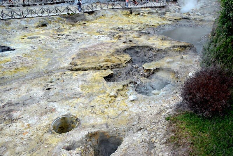 Geyser, fumo di ribollimento di Volcano Caldera Hot Springs Fumarole in Furnas, sao Miguel, Azzorre, Portogallo fotografie stock libere da diritti