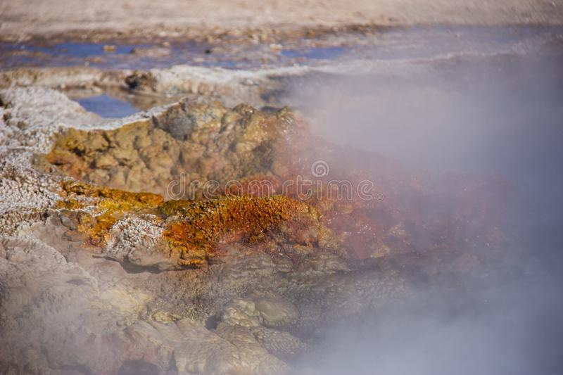 Geyser rouillé chaud renversant l'eau et la vapeur photos libres de droits