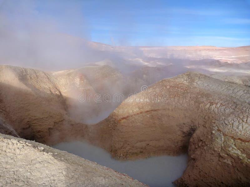 Geyseyr solenoide de manana no altiplano boliviano imagens de stock