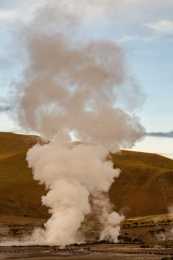 Geysir in der Eruption stockfotos