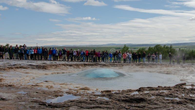 Geysir em Islândia - em agosto de 2018 fotos de stock