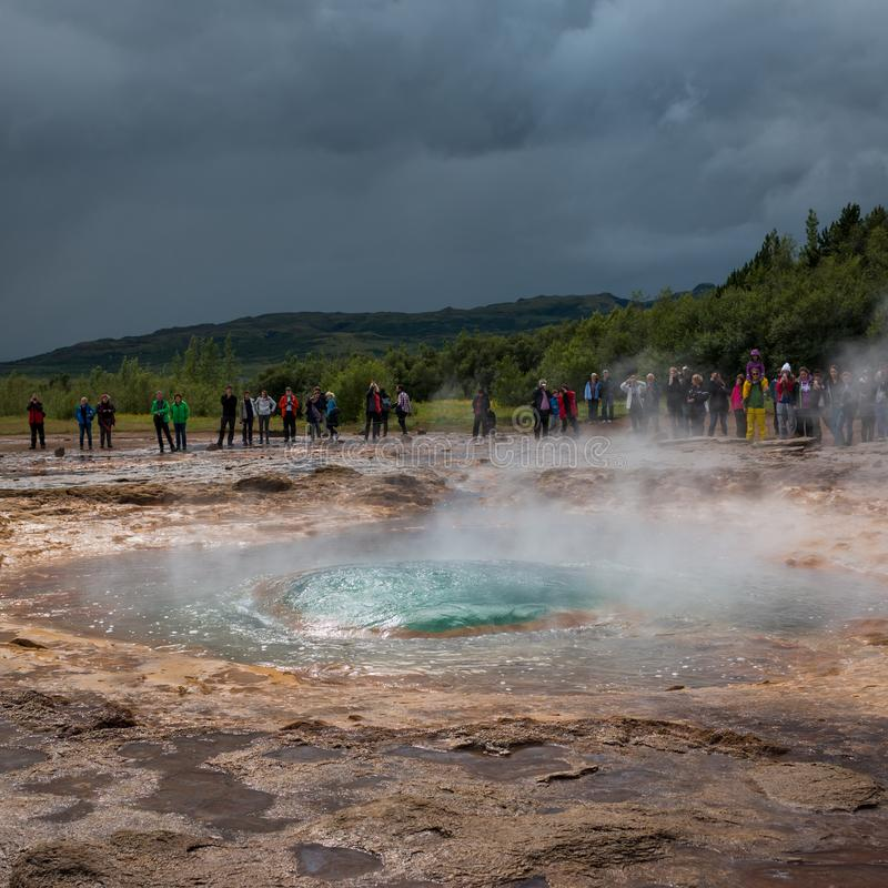Geysir in Island, im Kreis des Goldes stockfotos