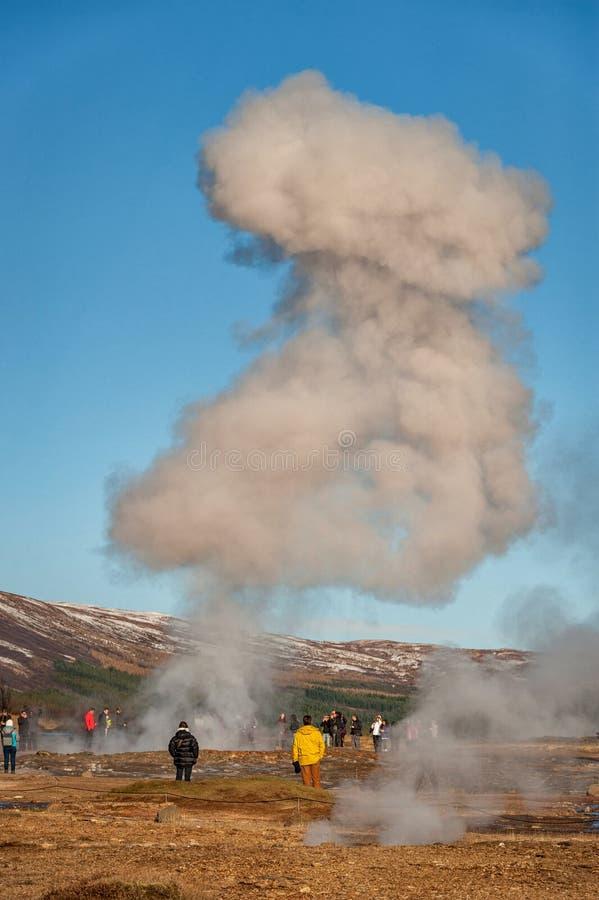 GEYSIR, REYKJAVIK - 21 DE OCTUBRE DE 2014: Strokkur Geysir Uno de la mayoría del lugar popular en Islandia Fuente monumental fotografía de archivo