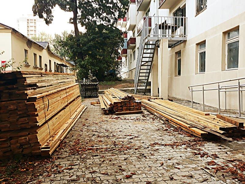 Gezaagd hout op een bouwterrein in een de herfstdag royalty-vrije stock foto