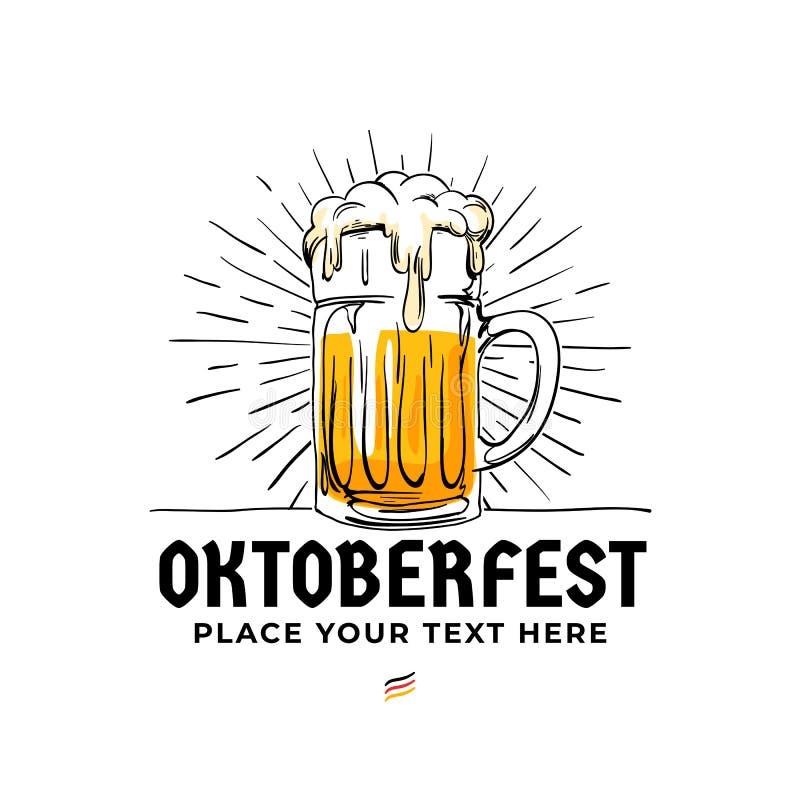Gezeichneter Logoausweis Oktoberfest Hand Im altem Stil volles Glas Bier mit Sonne strahlt Hintergrundillustration für München-Bi stock abbildung