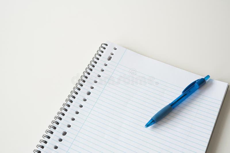 Gezeichnetes Papier mit blauem Stift auf weißem Schreibtisch Raum für Text stockfotos
