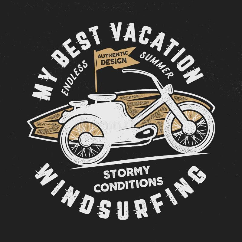 Gezeichnetes Windsurfen der Weinlese Hand, surfendes T-Stück Grafikdesign Sommerreiset-shirt Plakatkonzept mit Retro- Surfbrett vektor abbildung