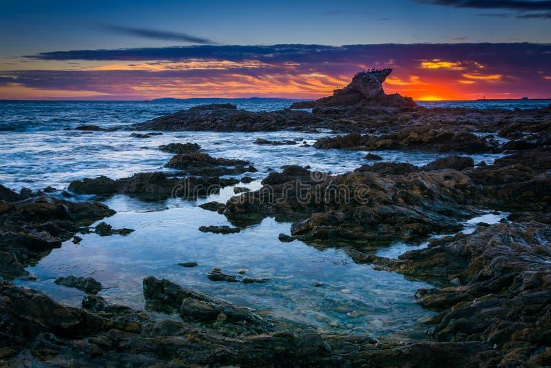 Gezeitenpools bei Sonnenuntergang, bei kleiner Corona Beach, in Corona del Mar, lizenzfreie stockfotos