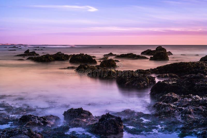 Gezeitenpools bei Sonnenuntergang; Küstenlinie des Pazifischen Ozeans, Kalifornien; stockfotografie