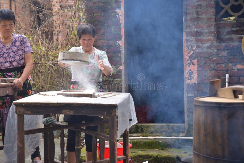 Gezellig ouderwets Chinees dorp die het landelijke leven koken royalty-vrije stock afbeeldingen