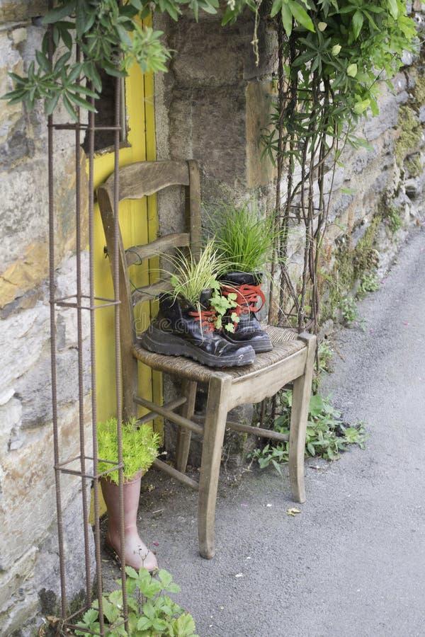 Gezellig ouderwetse Deuropening met Stoel en Laarzen als Planters royalty-vrije stock foto